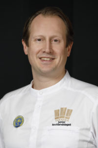 Together with Peter Jelksäter, the Swedish junior national culinary team won the Olympic gold medal at the IKA/Culinary Olympics 2016. The juniors will take part in the competition with Peter Jelksäter as team manager again in 2020. Image source: PerErik Berglund @znapshot.se.