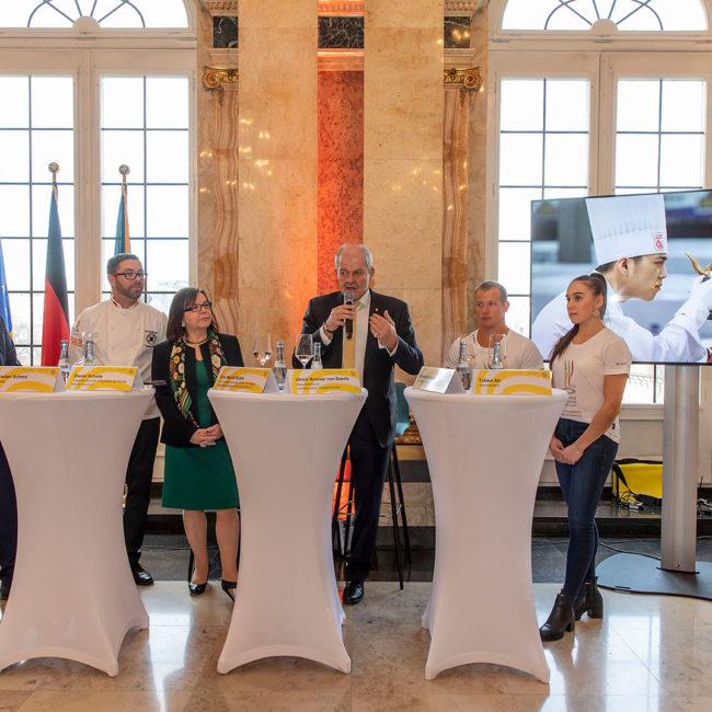 Beim Pressegespräch dabei: Christian Schmit (Moderator), Daniel Schade (VKD-Vizepräsident), Eva-Maria Rühle (stellvertretende Vorsitzende des Hotel- und Gaststättenverbands DEHOGA Baden-Württemberg e.V.), Ulrich Kromer von Baerle (Geschäftsführer Messe Stuttgart), Fabian Hambüchen (ehemaliger Kunstturner und Olympia-Sieger 2016 am Reck) sowie Tabea Alt (international ausgezeichnete Kunstturnerin) (v.l.n.r.). Foto: Messe Stuttgart