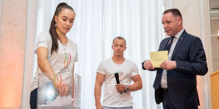 Unter der Leitung von Christian Schmit (Moderator, rechts) losten Tabea Alt (international ausgezeichnete Kunstturnerin) und Fabian Hambüchen (ehemaliger Kunstturner und Olympiasieger 2016 am Reck) die Wettkampftage für die IKA/Olympiade der Köche 2020 aus. Foto: Messe Stuttgart