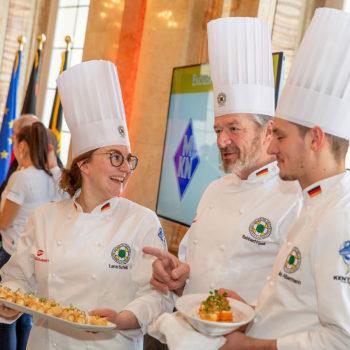 Die deutschen Köche-Nationalmannschaften servieren während des Pressesgesprächs Fingerfood. Foto: Messe Stuttgart