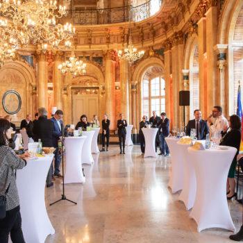 Der prachtvolle Marmorsaal des Neuen Schloss in Stuttgart war in IKA-orangefarbenes Licht getaucht, die Kronleuchter frisch poliert und dazu passend strahlender Sonnenschein. Ein würdiger Rahmen für die Auslosung der Wettkampftage für die 25. IKA/Olympiade der Köche. Foto: Messe Stuttgart