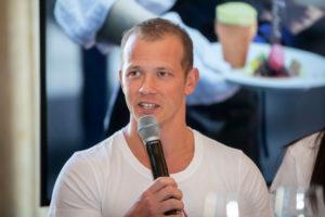 Er weiß, was eine Olympiade bedeutet: Fabian Hambüchen (ehemaliger Kunstturner und Olympia-Sieger 2016 am Reck) spricht im Pressegespräch über die Unterstützung durch das Team und die Motivation im Wettkampf.