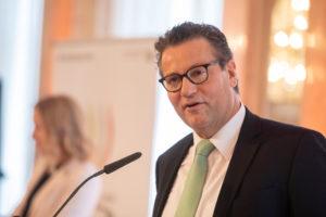Peter Hauk (Minister für Ländlichen Raum und Verbraucherschutz des Landes Baden-Württemberg) richtet während der Auslosung seine Grußworte an die vielen internationalen Teamvertreter. Foto: Messe Stuttgart