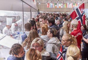 Fans feuern die Köche vor den Glasküchen an. Foto: IKA/Culinary Olympics